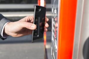 <strong>Un homme paie son billet de transport avec son téléphone mobile</strong>