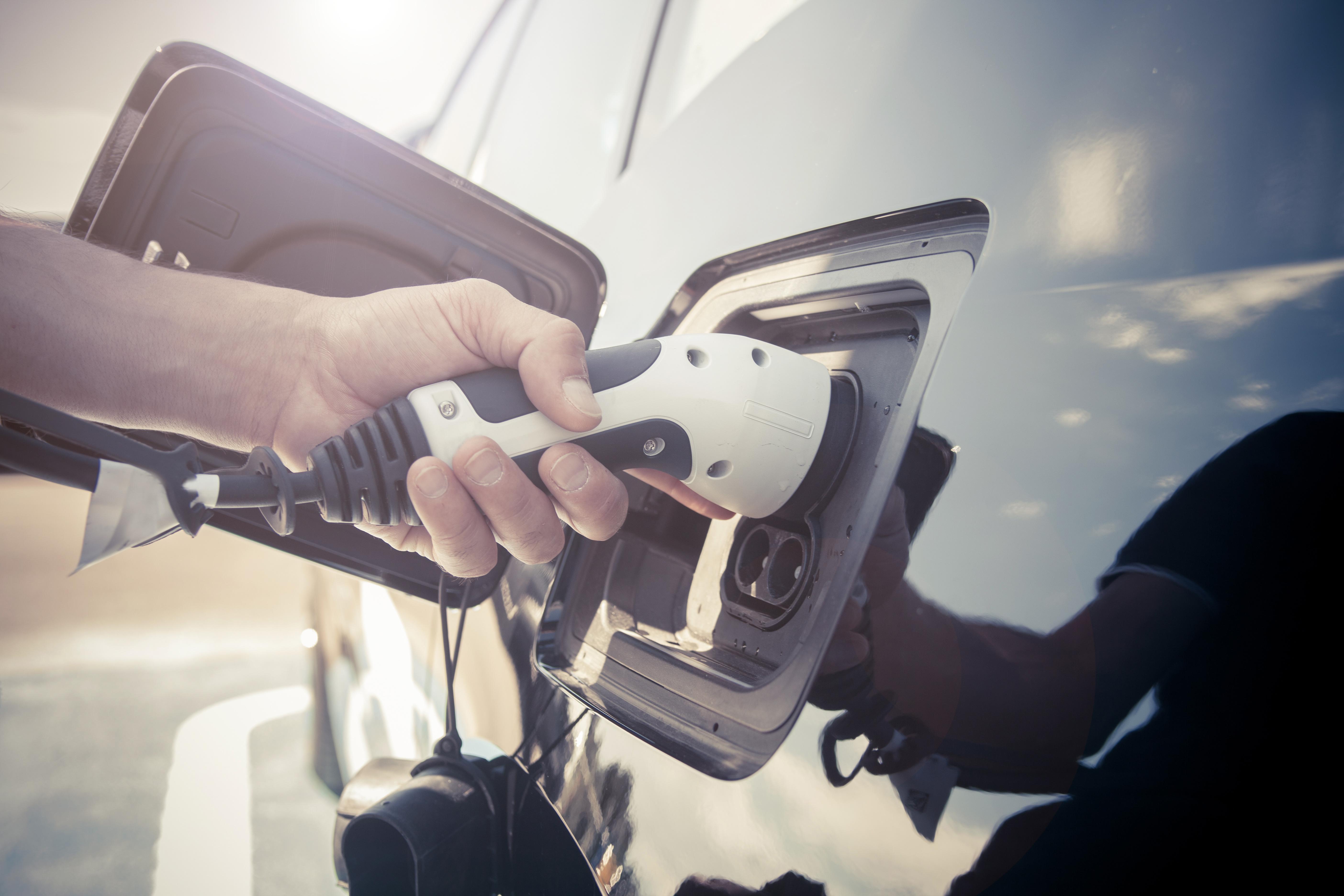 Comment l'Etat apporte-t-il son soutien au développement du véhicule électrique?